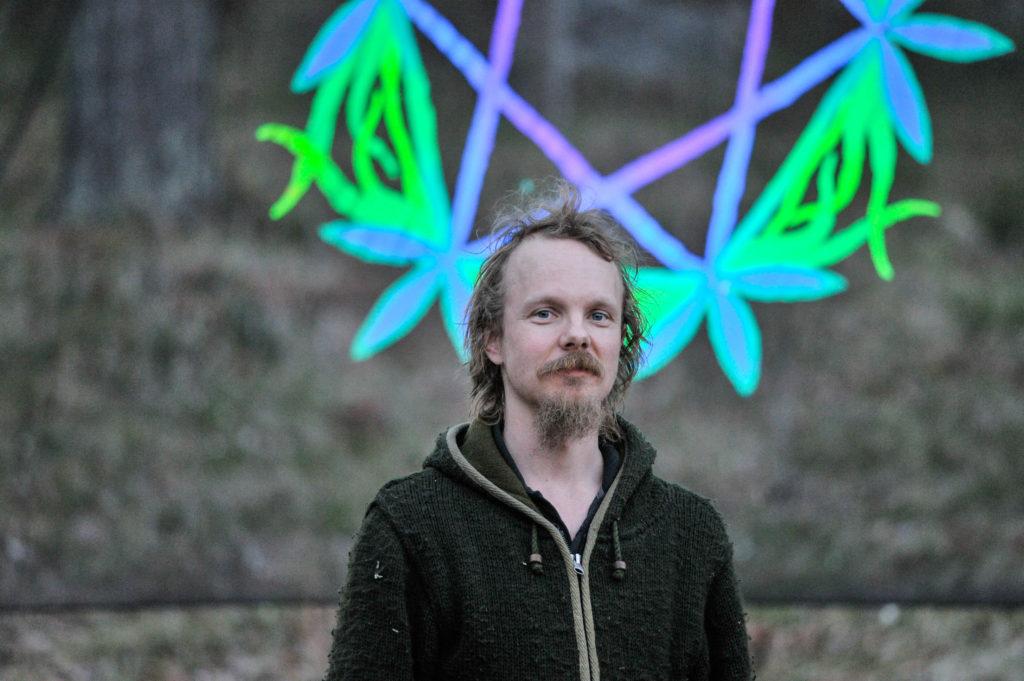 Valotaiteilija Veikko Lappalainen Bodom Trail -tapahtumassa Kuva: Miska Koivumäki